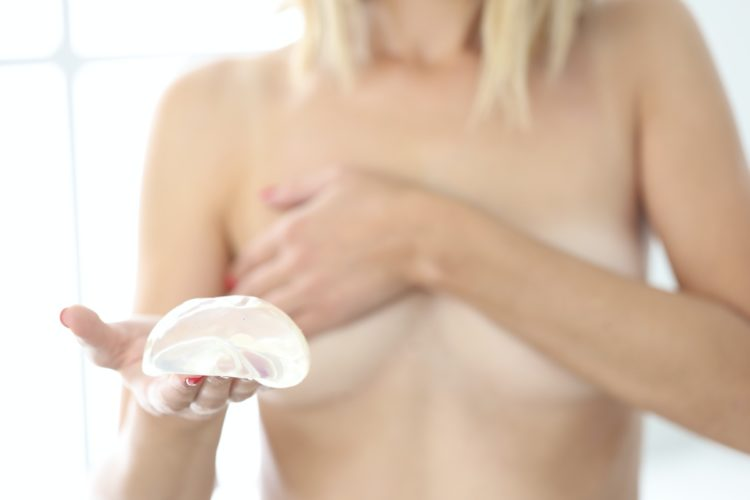 usuwanie implantów piersi