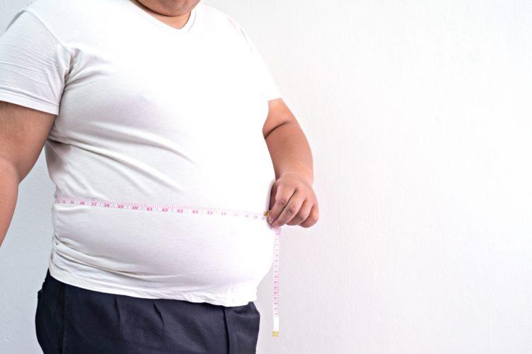 otyły mężczyzna przed liposukcją