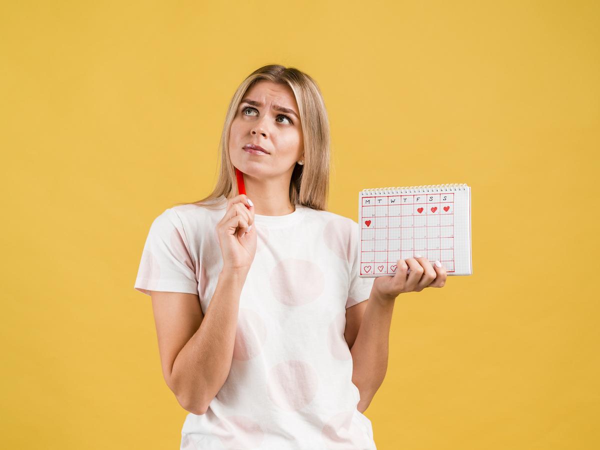 Operacja plastyczna, a miesiączka - czy można operować biust podczas miesiączki?